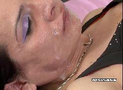 Travesti safadona enchendo a cara de porra do macho safado