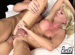 Passando o cacete no cu da transex loira