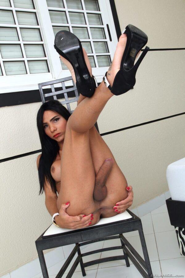 Fotos de travesti bem dotada mostrado seu pau enorme duro