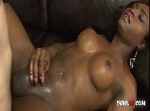 Transexual negra gostosa comendo e dando