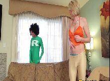 Travesti loira dando seu cuzinho pro cara dotado