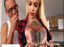Travesti tatuada safada dando cuzinho pro dotado