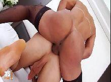 Assistir sexo HD travesti cavala dando e comendo