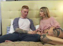 Loira travesti tatuada fodendo muito com seu namorado