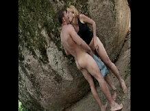 Travesti magrinha loira dando sua bunda escondido